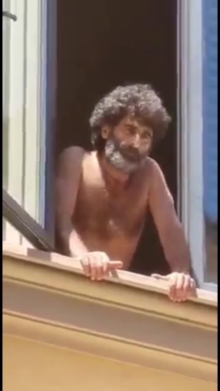 SUICIDIO IN DIRETTA A TORINO!! UOMO SI BUTTA DALLA FINESTRA!!!