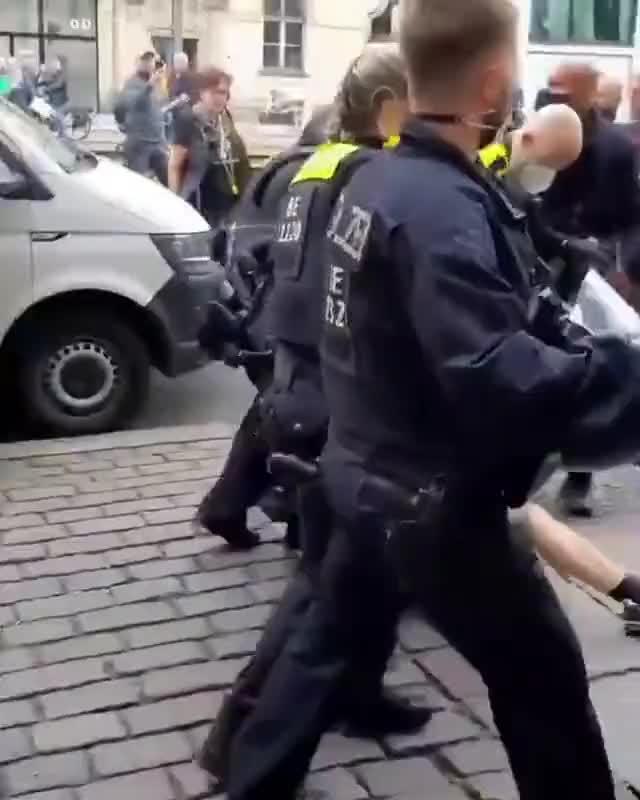 Germania,  Polizia picchia manifestante no green pass