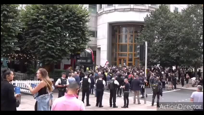 LONDRA - Tafferugli tra Forze dell'ordine e manifestanti davanti alla MHRA